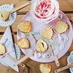 Erdbeer Pie Pops: Knusprige Kuchen am Stiel