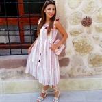 Püsküllü Beyaz Elbise ve Nakışlı Sandaletler