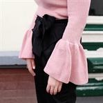 Rosa Strickpulli und Hose mit Schleife
