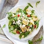 Vegetarischer Tortellini Salat mit Rucola