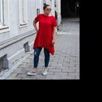 A touch of red: Kleid über der Jeans