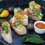 Bruschetta mit Avocado & Tomaten