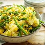 Kartoffelsalat mit Mais und grünen Bohnen