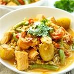 Lachsfilet in Kokos-Curry mit Bohnen & Kartoffeln