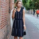 Outfit: Feminines Strickkleid, Blazer und Chanel