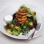 Süßkartoffel Thunfisch Laibchen auf buntem Salat