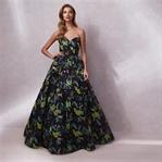 Yeni gece elbisesi koleksiyonunu sunar