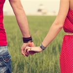 Sevmekten, sevilmekten korkar hale geliyoruz
