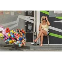 Mini Şortlu Sarışın Bir Baloncu - Sırbistan