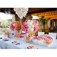 Çiçeklerle Süslü Masalar