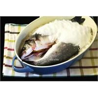 Tereyağında Pişmiş Pırasa Eşliğinde Tuzda Balık