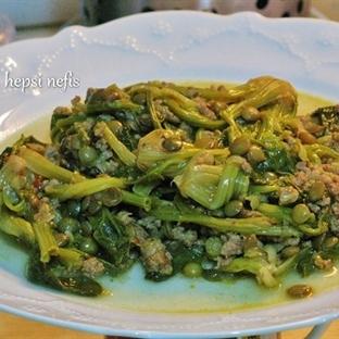 yeşil mercimekli, kıymalı ıspanak kökü yemeği