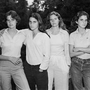 40 yıldır fotoğraf çektiren kız kardeşler
