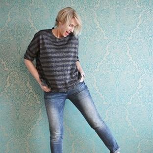Jeans-Outfit mit flachen Schnürschuhen