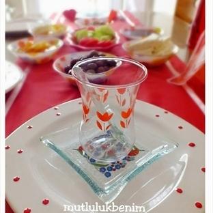 Kırmızı Bir Kahvaltı Masası