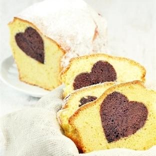 Sandkuchen mit einem Herz aus Schokolade