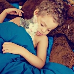 Yüzünüzü Güldürecek Kedi ve Çocuk Fotoğrafları