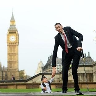 Dünyanın En Uzun Ve En Kısa İnsanı Bir Arada