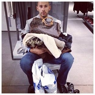 Kadınlarla beraber alışverişe çıkan erkekler