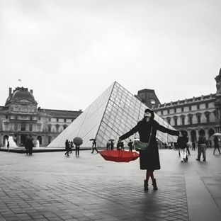 Louvre Müzesi Önünde Yağmurla Randevu..
