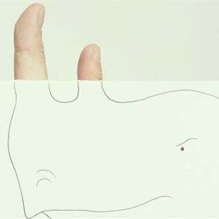 Parmaklarıyla Çizimlerini Birleştiriyor. Bakın Ort