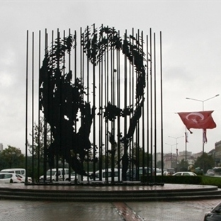 Sanatsal Atatürk Heykeli