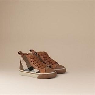 Burberry markasına ait erkek çocukları için ayakka