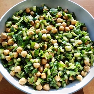 Doyurucu ve Besleyici Nohutlu Yeşil Salata