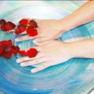 Kuru elleri tuzlu ve şekerli karışımla yumuşatın