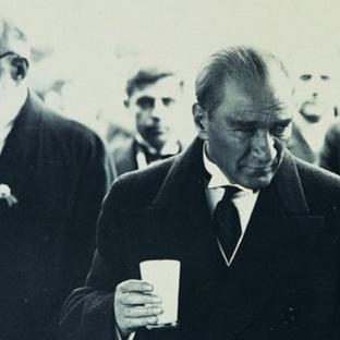 Atatürk Halka Doğru Kadehini Kaldırdı Ve…