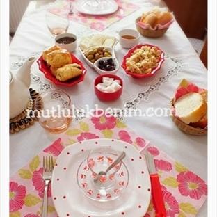 Kırmızı puantiyeli kahvaltı sofra düzeni