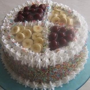 Renkli şakerli yaş pasta