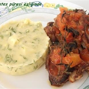 Dere otlu Patates Püresi eşliğinde Soslu Pirzola