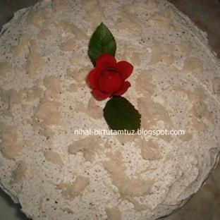 Keçiboynuzu unlu kremalı pasta