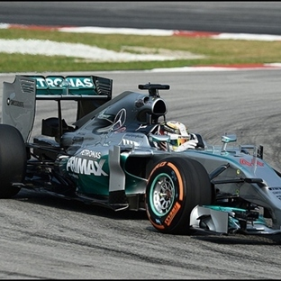 Malezya'da Mercedes Dublesi Hamilton Rahat Kazandı