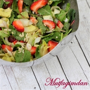 Cilekli ve Avokadolu Beyaz Hindiba Salatasi