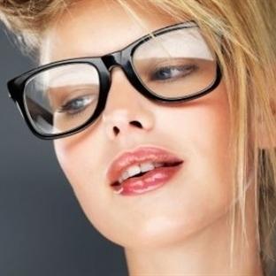 Gözlük Kullananlar Nasıl Makyaj Yapmalı