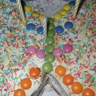 kelebek yaşpastalı doğum günü masasında lezzetler