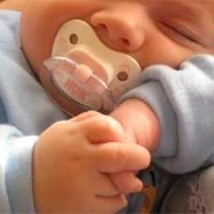 Bebeğe emzik verilmeli mi?