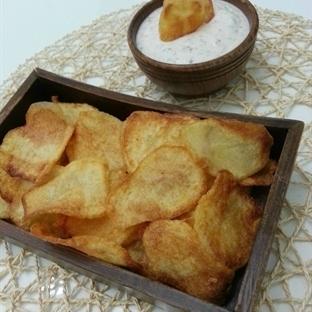 Ev yapımı patates cipsi ve dip sos