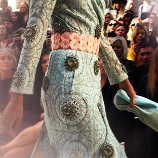 trend: ışıldayan kıyafetler