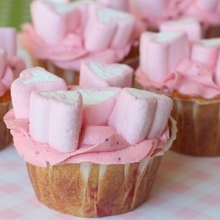 Aşk Dolu Çilekli Marshmallowlu Cupcake