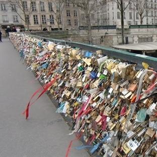 Paris'te Aşklar Suya Mı Düştü?