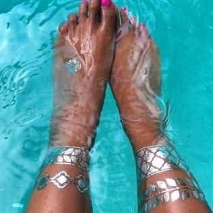 trend çanları çalıyor: metalik ve parıltılı dövmel