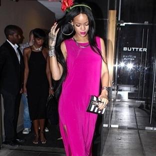 Rihanna Pembe Elbisesi İle Herkesi Büyüledi