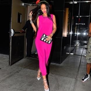 Rihanna Pembeler İçinde!
