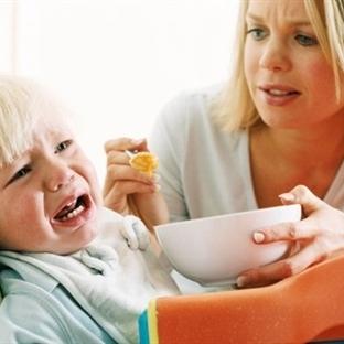 Bebeklerin yemekle ilişkisini anneler bozuyor!