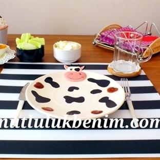 Siyah Beyaz Çizgili Bir Kahvaltı Masası