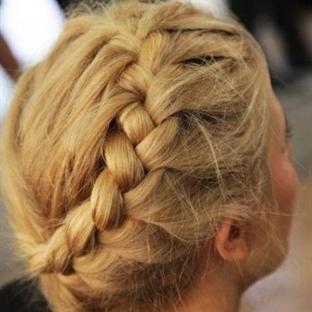 Taç şeklinde saç örgüsü nasıl yapılır?