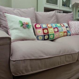 Yeni, cici, beyaz yastık